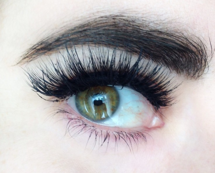 Esqido_eyelashes_glue_review_wearing